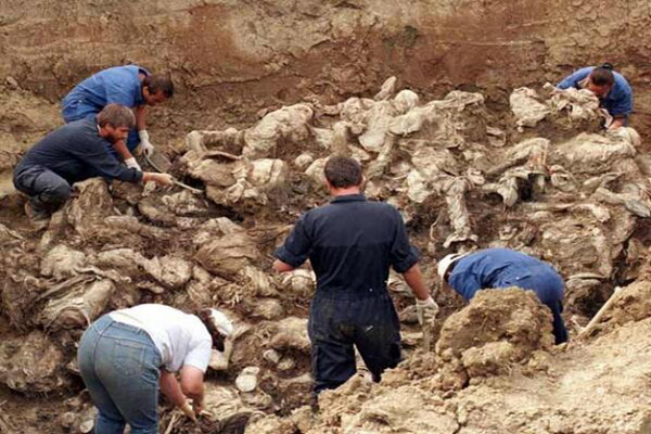 Searchers combed for body parts in Coahuila mass grave. (PHOTO: lainfo.es)