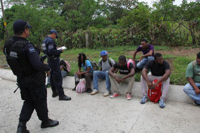 Police question migrants in Chiapas. (PHOTO: mexiconewsdaily.com)