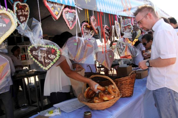 A visitor to the 2015 festival samples German food. (PHOTO: yucatan.com.mx)