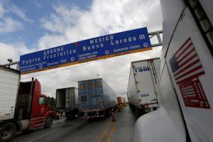 Trucks wait in the queue for border customs control to cross into U.S. at the World Trade Bridge in Nuevo Laredo, Mexico, November 2, 2016. (PHOTO: REUTERS/Daniel Becerril)