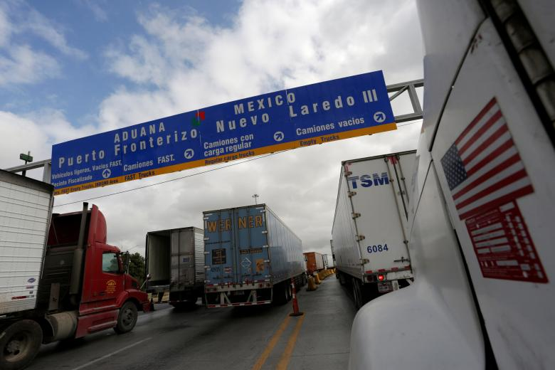 Trucks wait in the queue for border customs control to cross into U.S. at the World Trade Bridge in Nuevo Laredo, Mexico, November 2, 2016. (PHOTO: REUTERS/Daniel Becerril)