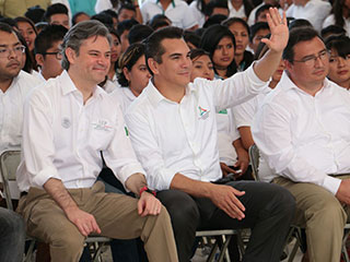 Education Secretary Aurelio Nuño and Campeche Gov. Alejandro Moreno (waving). (PHOTO: sexenio.com.mx)