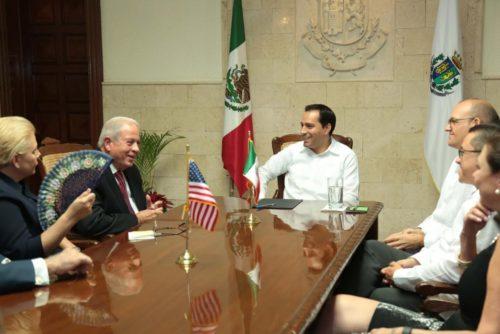 Miami Mayor Tomas Regalado, left, presents the keys to the city to Merida Mayor Mauricio Vila, center. U.S. Consul General David Mico is at right. (PHOTO: Revista Peninsular)