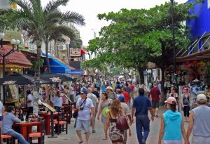 Crowded 5th Avenue in Playa del Carmen reflects Quintana Roo's population growth. (PHOTO: riviera-maya-news.com)