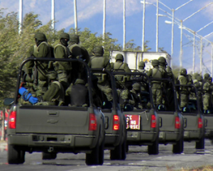 Mexican soldiers in a convoy. (PHOTO: insightcrime.org)