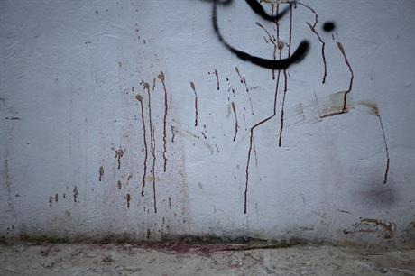 Blood spatters a wall outside the Blue Parrot nightclub in Playa del Carmen. (PHOTO: ap.org)
