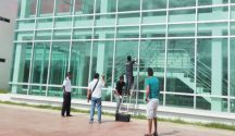 Officials inspect exterior of new courts building in Cozumel after shots were fired. (PHOTO: dqr.com)