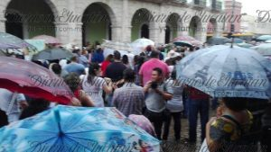 About 200 protesters gathered in the rain Saturday to chant slogans in front of Merida's City Hall. (PHOTO: yucatan.com.mx)