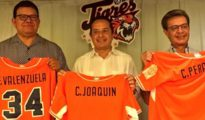 Left to right: Fernando Valenquela, Quintana Roo Gov. Carlos Joaquín, and former team owner Carlos Peralta.  (PHOTO: Quintana Roo Tigres)