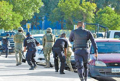 About 80 military and law enforcement officers participated in the arrests. (PHOTO: EFE)
