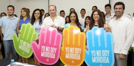 Lic. Beatriz Ortiz, Gustavo Cisneros Buenfil, president of Coparmex, Alejandra Pacheco Montero, president of Commission of Young Entrepreneurs and other officials announce the anti-corruption campaign. (PHOTO: yucatan.com.mx)