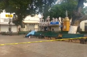 The body of a stabbing victim in Eulogia Rosado Park was covered with a blanket. (PHOTO: laverdadnoticias.com)