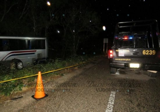 Scene of head-on crash Sunday night on Merida-Tizimin highway. (PHOTO: yucatan.com.mx)