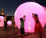 Children play amid illuminated globes in Merida's Plaza Grande. (PHOTO: yucatan.com.mx)