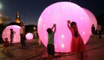 Children play amid illuminated globes in Merida's Plaza Grande. (PHOTO: yucatan.com.mx)