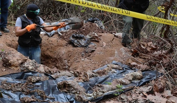 Workers dig for remains at site in Veracruz. (PHOTO: Farsnews)