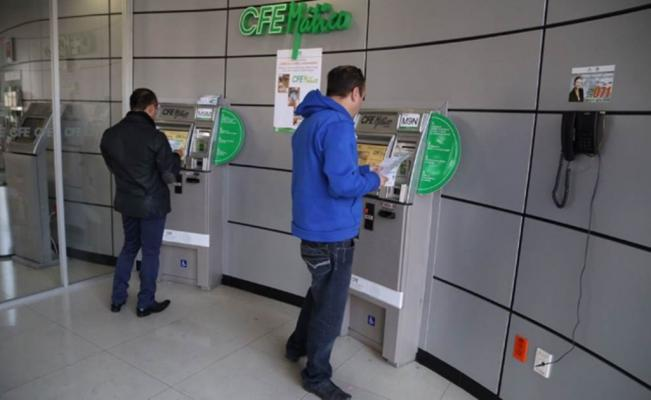 Users paying services at CFE office (Photo: El Universal)