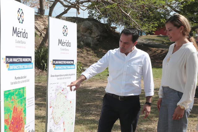 Merida Mayor Mauricio Vila explained the city's master plan to a visitor. (PHOTO: reporteroshoy.mx)