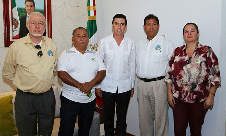 "Cancun Mayor Remberto Estrada with Representants of ""Founders of Cancun A. C."" (Photo: La Palabra del Caribe)"