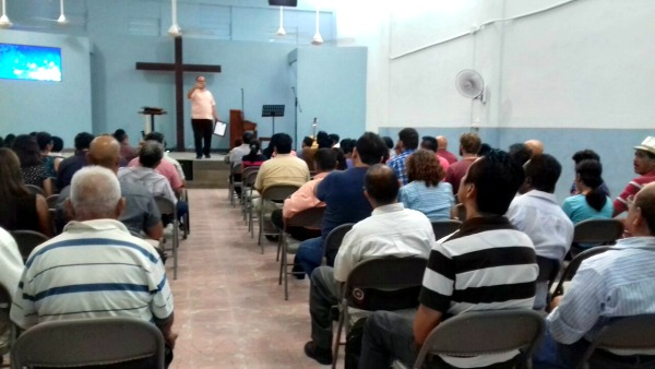Service at Calvary Chapel in Santiago. (PHOTO: Andrea Aguilar)