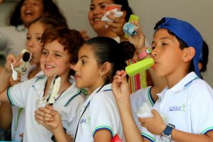 Merida school children fight the heat with ice cream and 'paletas'. (PHOTO: yucatan.com.mx)