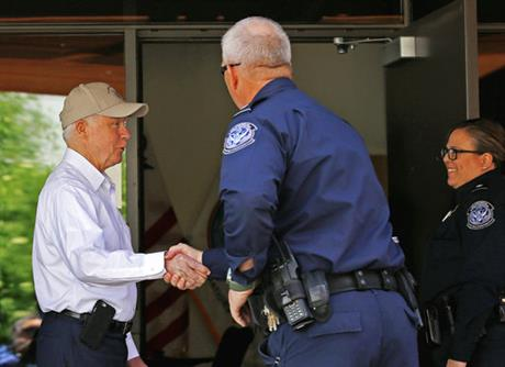 U.S. Attorney General shakes hands with border agents in Nogales, Arizona. (PHOTO: AP)
