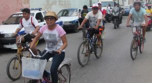 University students take a bike tour of Valladolid. (PHOTO: yucatan.com.mx)