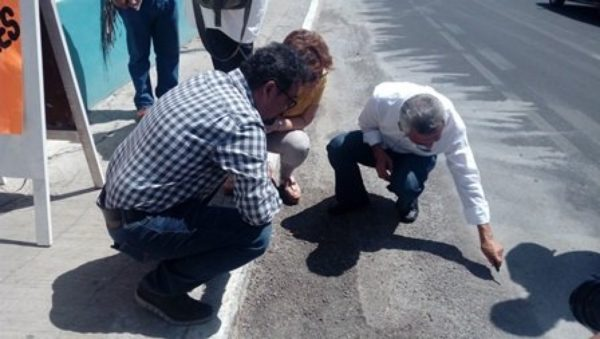 Engenieers check the damage in the street (Photo: La Revista Peninsular)