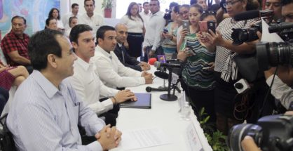 Cancún's new top cop, Julián Leyzaola, left, with city officials, meeting the press. (PHOTO: noticaribe.com)