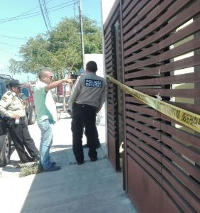 Agents investigate home robbery in Residencial Pinos. PHOTO: yucatan.com.mx