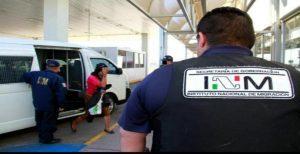 INM agents escort a detainee. (PHOTO: Jorge Castro Digital)