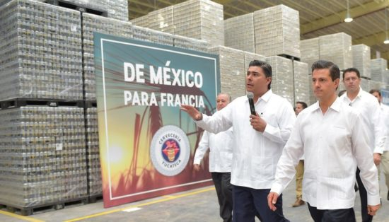 President Enrique Peña Nieto tours new Modelo brewery in Yucatan. (PHOTO: EFE)