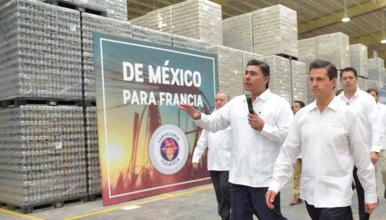 President Enrique Peña Nieto tours new Modelo brewery in Yucatan. (PHOTO: EFE)