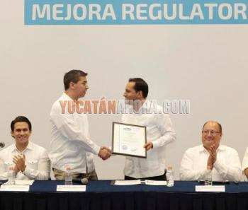 Mayor Mauricio Vila receives the award. Photo: Yucatan Ahora