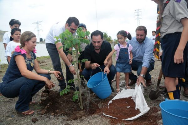 Merida Mayor Mauricio Vila Planting Trees as part of his Green Infrastructure Plan for the city (Photo: Diario de Yucatán)