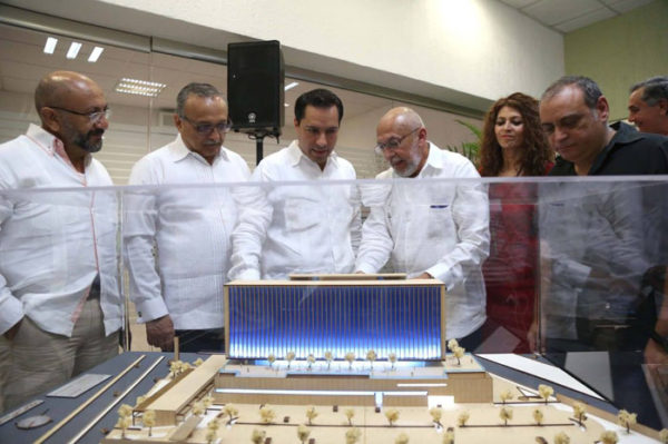 Merida Mayor watching the model of the new hospital Faro del Mayab (Photo: Google)