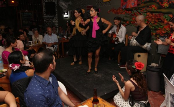 People watching a danse spectacle at Bar el Crdenal (Photo. Adriana Carrillo Aleman, Diario de Yucatán)