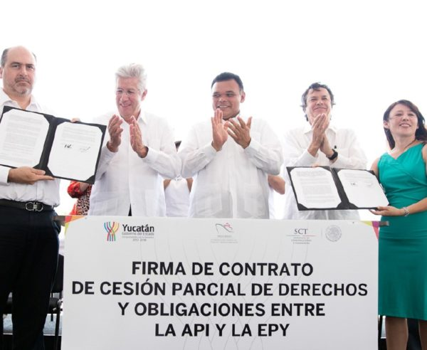 The Secretary of Communications and Transport, Gerardo Ruiz Esparza, and Governor Rolando Zapata Bello, among others, in the partial rights assignment between the API and the EPY (Photo: Diario de Yucatán)