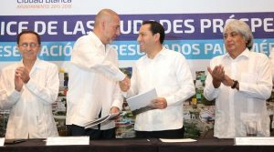 In the middle shaking hands, Pablo Vaggione (L) and Mauricio Vila (R) Photo: Reporteros Hoy