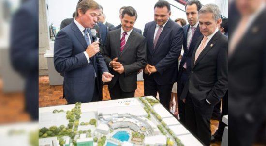President Enrique Peña Nieto, Gov. Rolando Zapata Bello and other officials review real estate project. (PHOTO: Yucatan State Government)