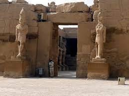 """Descubren bajo la arena en Egipto la """"mayor ciudad jamás encontrada"""" perdida  hace 3.000 años"""